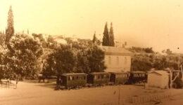 ΣΤΟ-ΣΤΑΘΜΟ-ΤΗΣ-ΚΗΦΙΣΙΑΣ-ΦΩΤΟΓΡΑΦΙΑ-ΤΟΥ-ΠΑΥΛΟΥ-ΜΕΛΑ-1890-2-1050x670