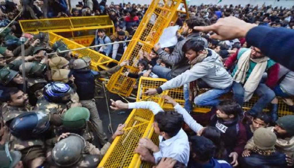 Φοιτητές προσπαθούν να παραβιάσουν οδοφράγμα της αστυνομίας στο Νέο Δελχί