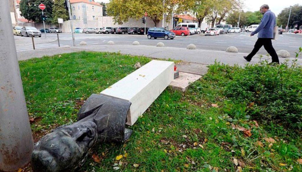 άγαλμα σπάει πόδια νεοναζί