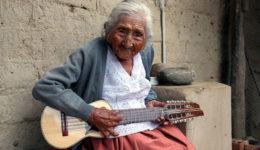 γιαγιά κιθαρίστρια 2