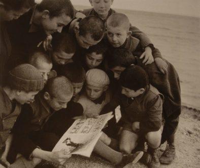 παιδιά διαβάζουν περιοδικό