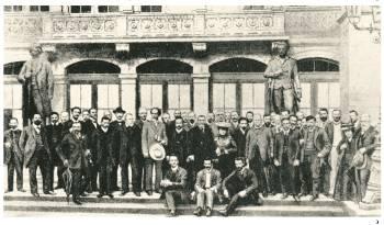 Αντιπρόσωποι του 7ου Συνεδρίου της Β' Διεθνούς, 1907 στη Στουτγάρδη. Ανάμεσά τους ο Β. Ι. Λένιν, η Ρόζα Λούξεμπουργκ και ο Αύγουστος Μπέμπελ